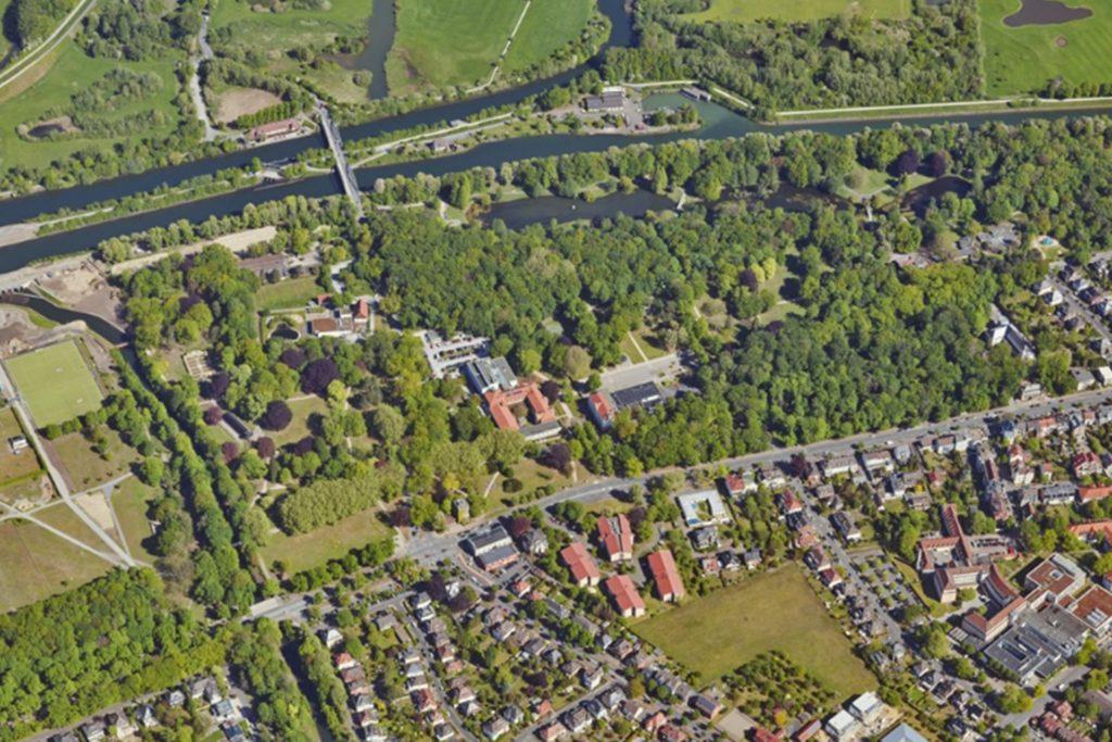 Die Fährstraße führt von der Eigenheimsiedlung (unten) mitten in den Hammer Kurpark und zum Datteln-Hamm-Kanal. Hier stieß der auf dem Fahrrad flüchtende Täter frontal mit einem Polizisten in Zivil zusammen.