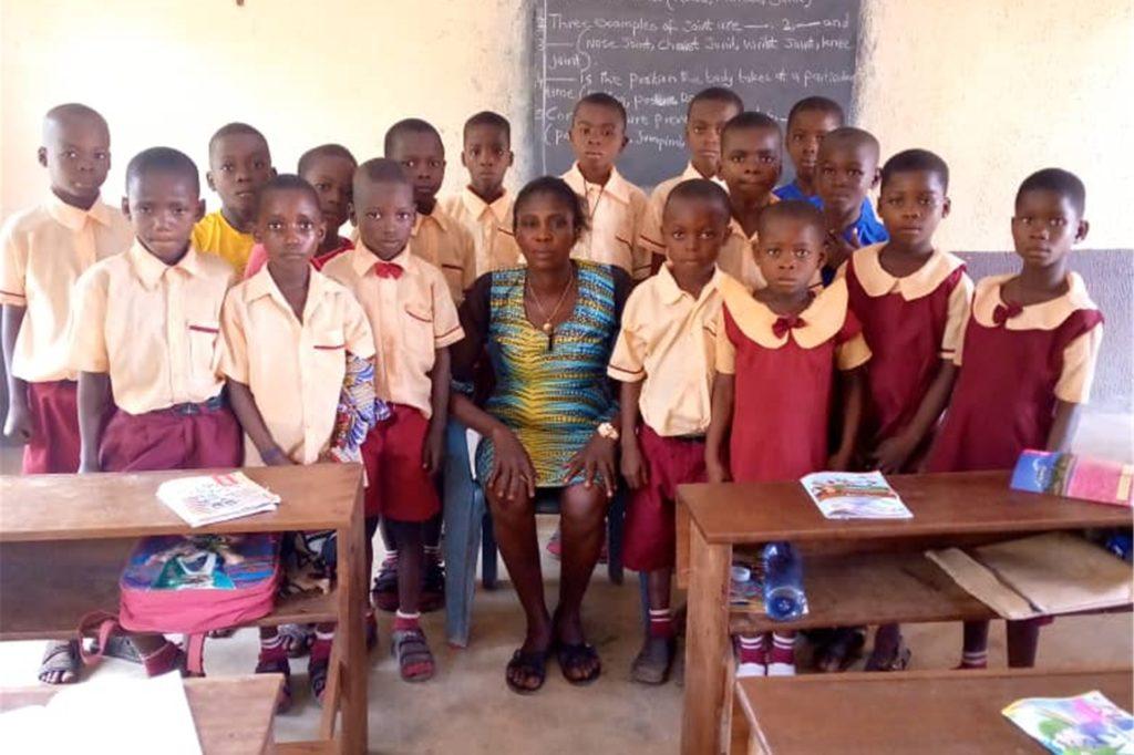 Diese Grundschüler in Umulokpa haben jetzt eine bessere Perspektive. Dank der Hilfe des Förderkreises in Olfen.