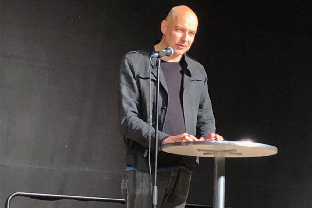 """Rohrmeisterei-Chef Tobias Bäcker freute sich über die Hallen-Übernahme des Theaters am Fluss: """"Ab heute gehört die Halle Euch."""""""