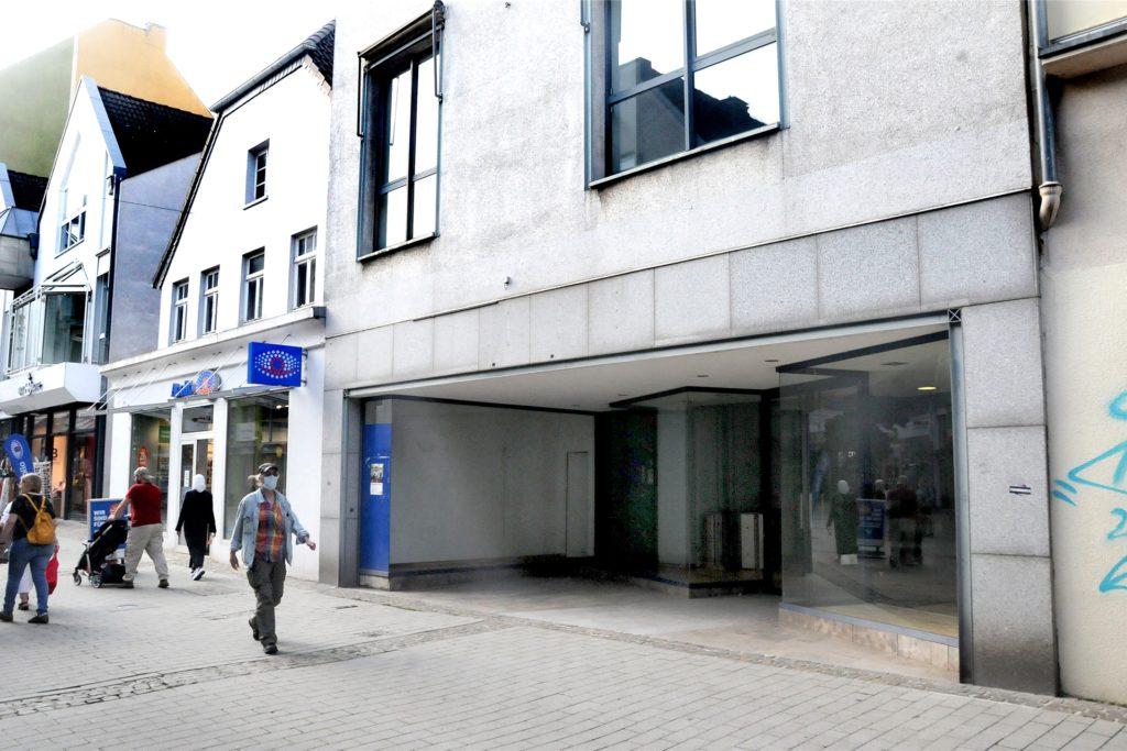 """Nicht mehr länger eine dunkle Fensterhöhle bleibt das frühere Fischer-Moden-Geschäft an der Hüsingstraße: Der """"Taschendealer"""