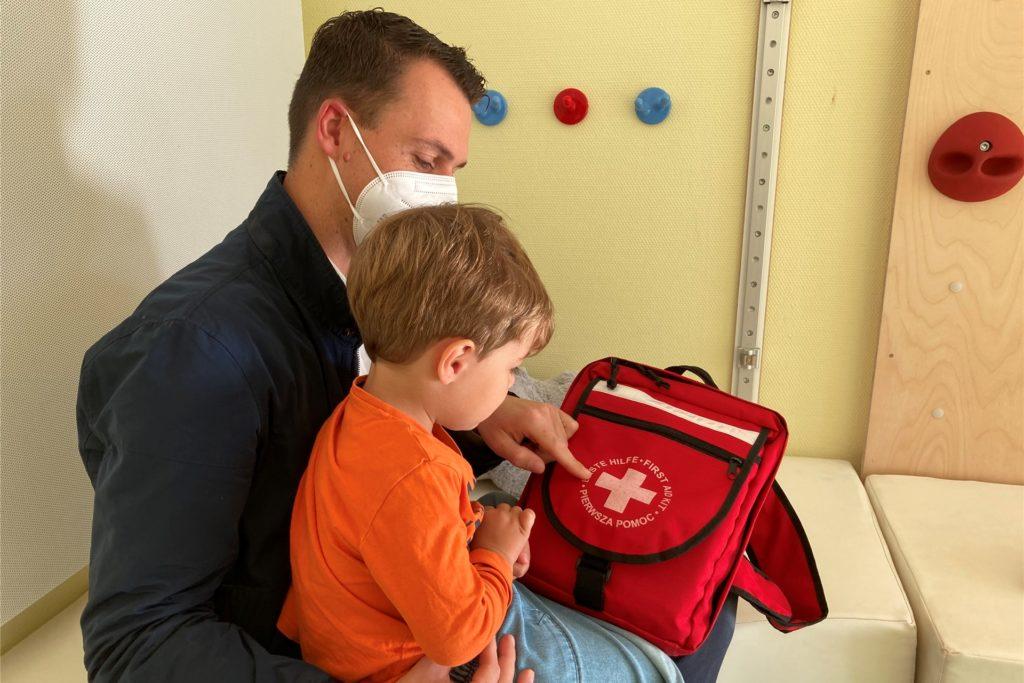Den Kindern wird spielerisch die Angst vor dem Arztbesuch genommen.