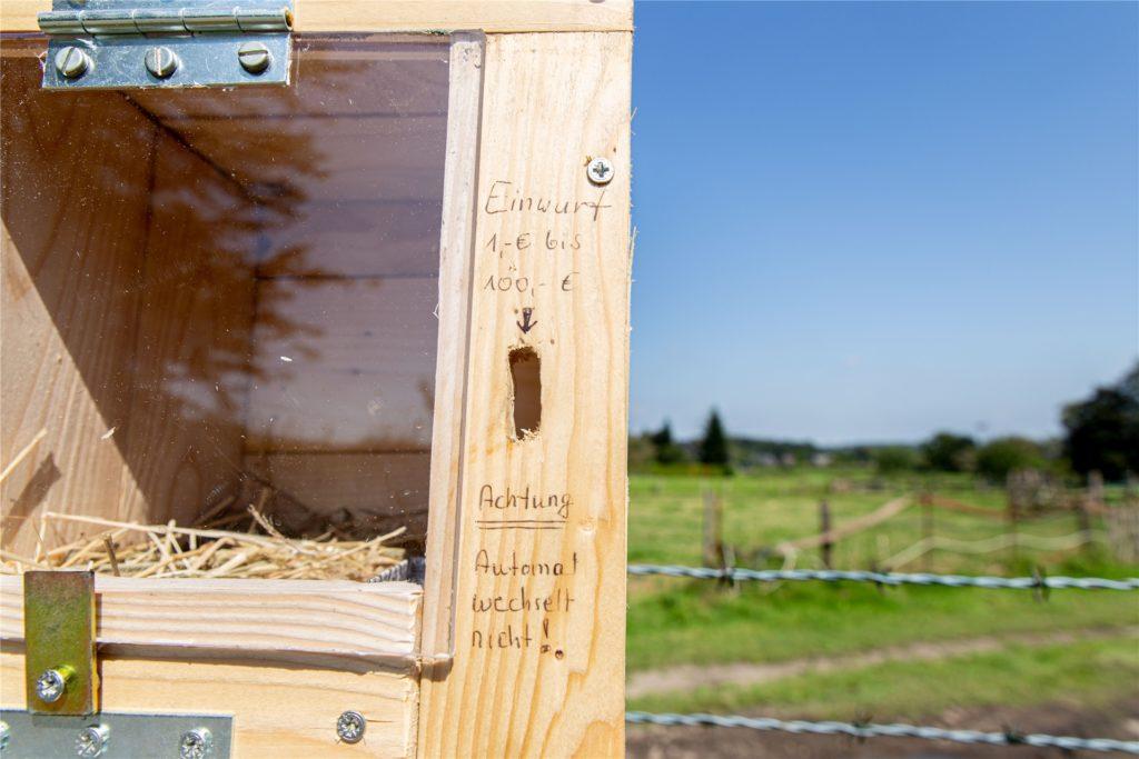 Interessenten können selbst bestimmen, was ihnen die Eier wert sind. Claus Stratmann hat auf humorvolle Art und Weise einen richtigen Automaten nachgemacht.