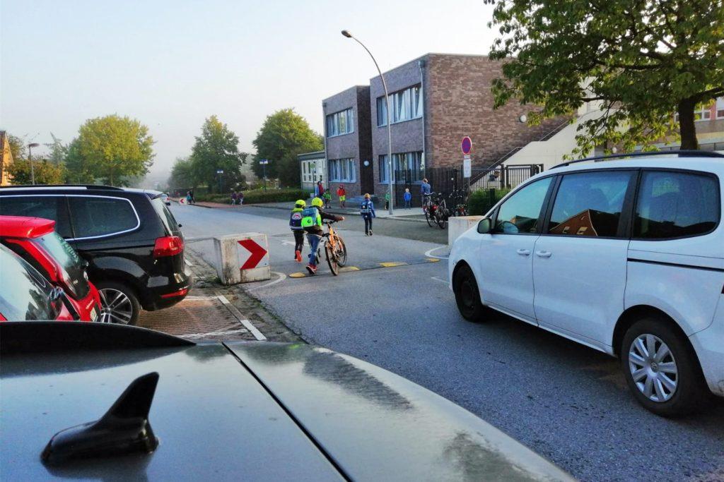 Immer wieder gefährlich, wenn die Schulkinder sich vorbei an den Autos ihren Weg bahnen müssen. Auch in Legden an der Brigidenschule.