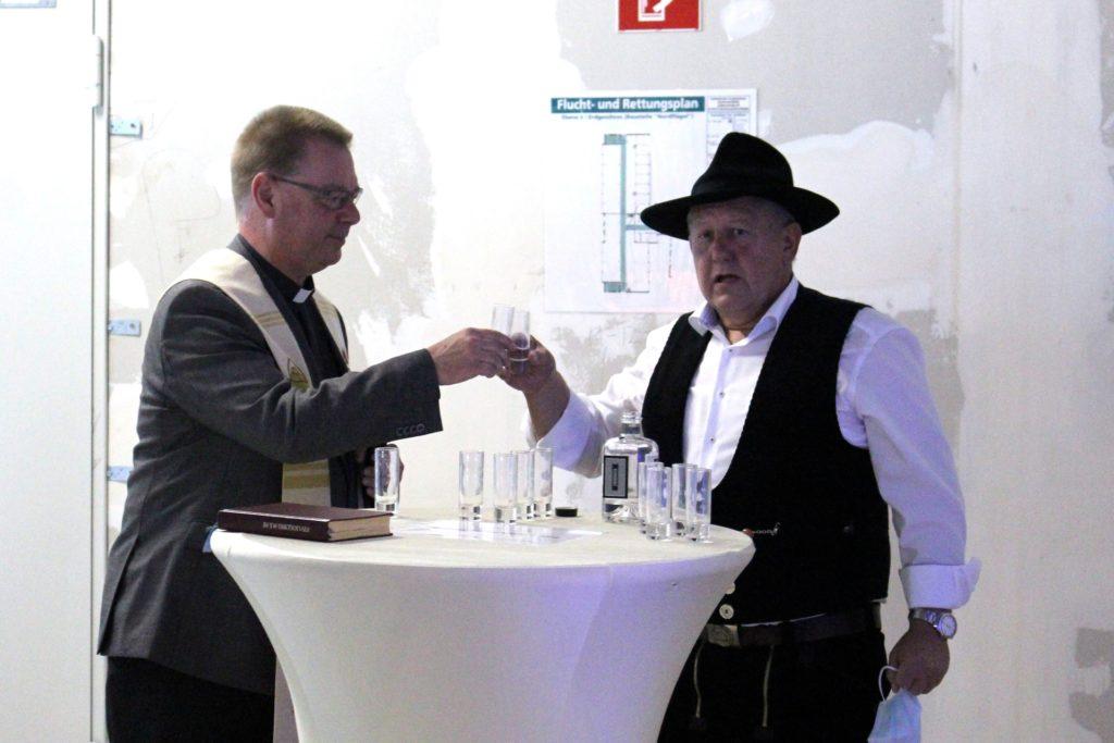 Pfarrer Michael Ortwald und Zimmermann Dietmar Jäger gaben dem Rohbau ihre Segen.