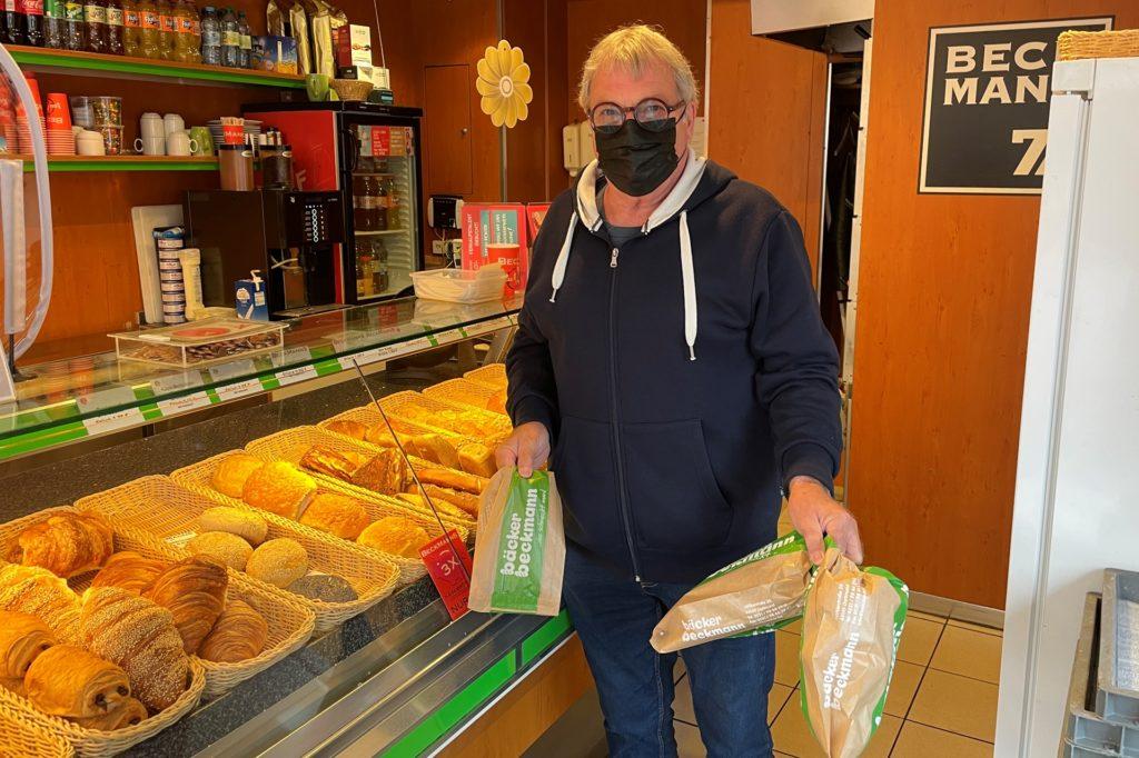 Ralf Semmler kauft seine Brötchen lieber mit Bargeld statt mit der EC-Karte.