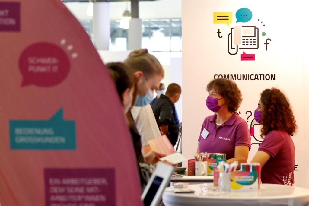 """Unternehmen, wie hier die 2016 gegründete Firma VR Voice, bieten interessierten Bewerbern auf der Jobmesse Dortmund Ausbildungs- und Arbeitsplätze an. 15 Beschäftigte zählt das IT-Unternehmen derzeit. """"Wir wollen aber weiter organisch wachsen und suchen in diesem Jahr noch zwei und für das nächste Jahr zwei bis drei neue Mitarbeiterinnen bzw. Mitarbeiter"""", sagt Nils Schmidt."""
