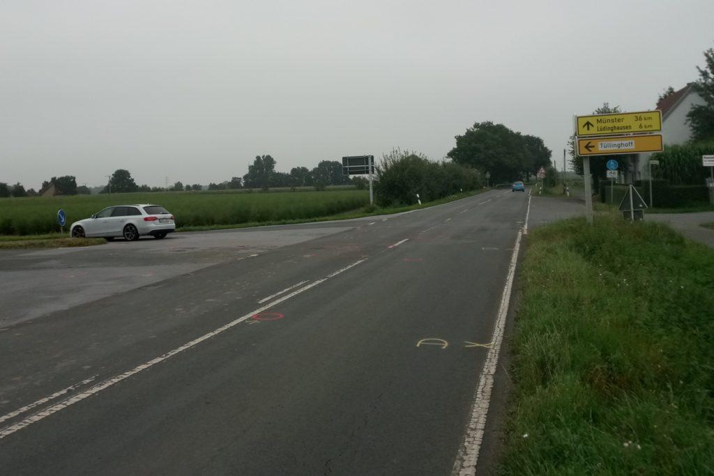 Hier wollte die Autofahrerin nach links abbiegen auf die Tüllinghofer Straße, als sie mit dem von vorne kommenden Motorrad zusammenstieß.