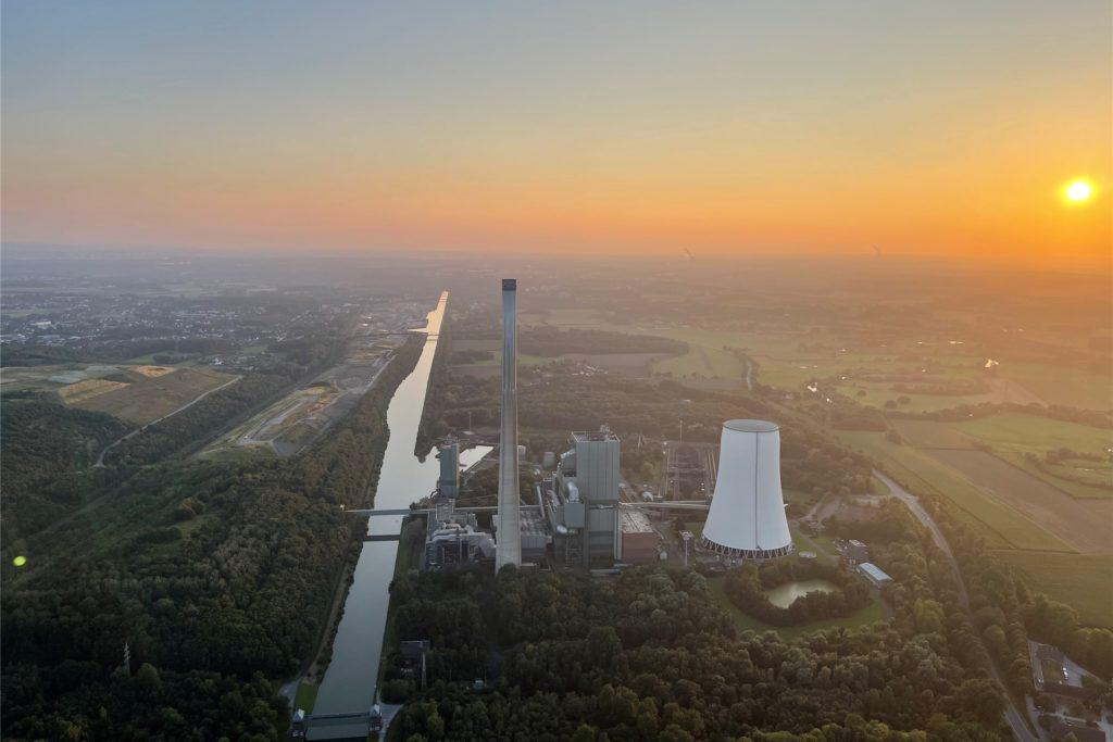 Das Steinkohlekraftwerk in Bergkamen am Dortmund-Ems-Kanal in der Abendsonne.