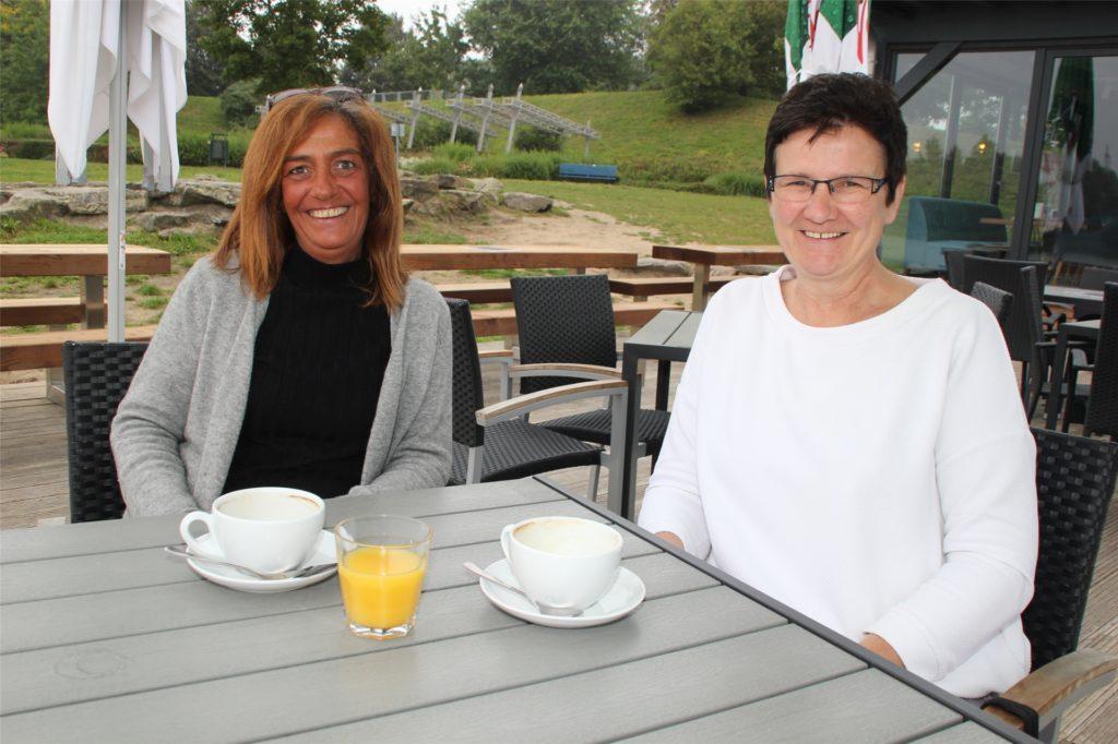 Birgit Balik (l.) und Bettina Erdelhoff ließen sich den Kaffee schmecken.