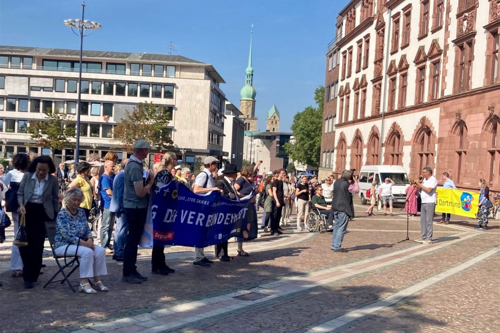 Oberbürgermeister Thomas Westphal (r.) erinnerte am Friedensplatz an den früheren jüdischen Bürgermeister Paul Hirsch.