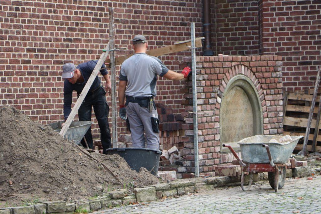 In Feinarbeit wird das Kreuz an der Jakobus-Kirche an neuem Standort wieder errichtet.