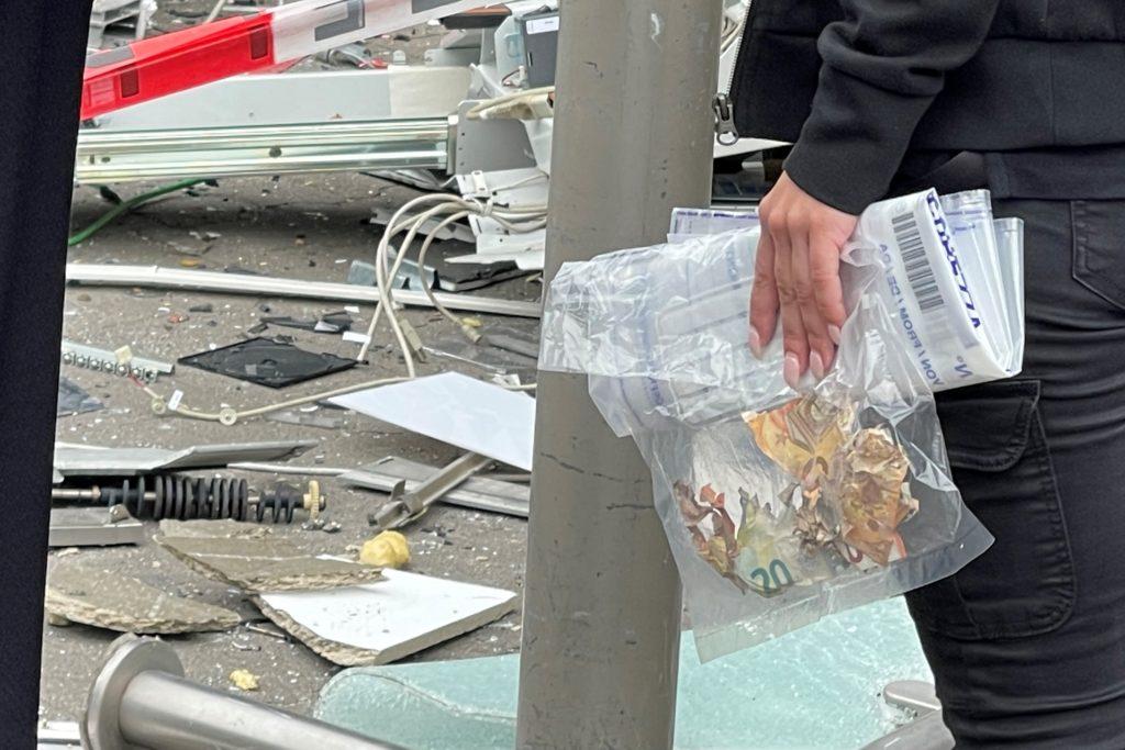 Eine Mitarbeiterin eines Security-Dienstes sammelte beschädigte Geldscheine, die die Arbeiter zwischen dem Schutt gefunden hatten.