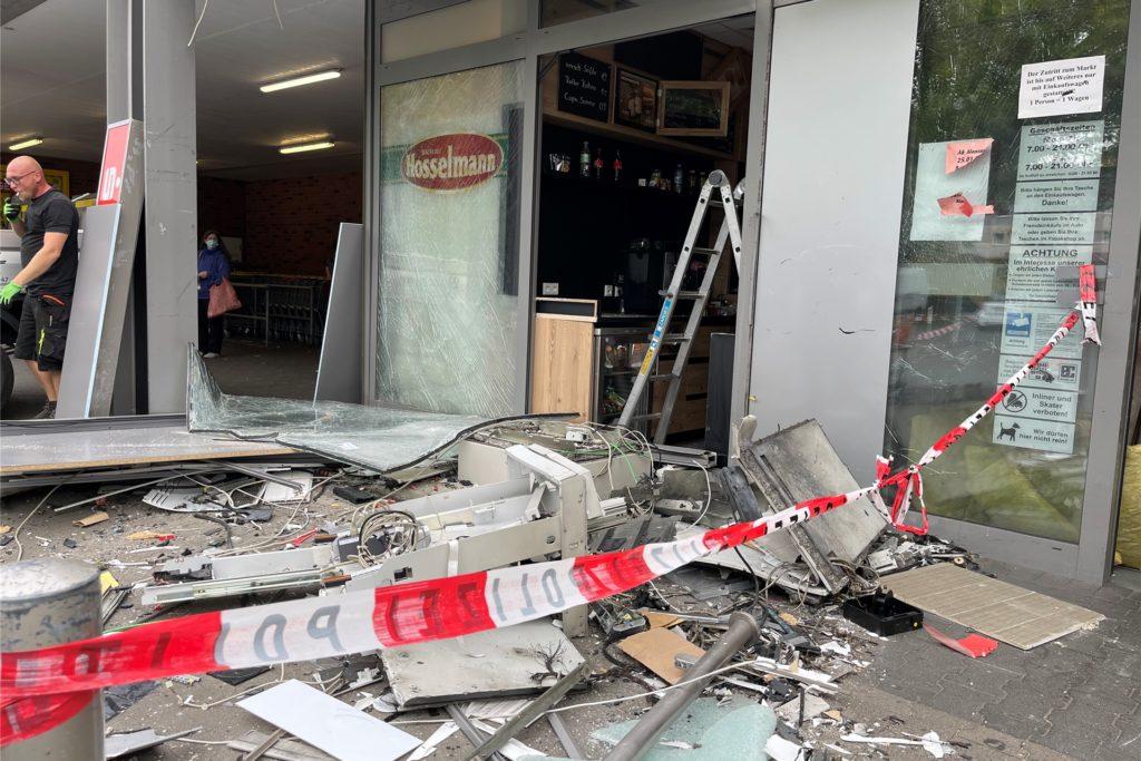 Die Sprengung hat den Geldautomaten komplett zerstört.
