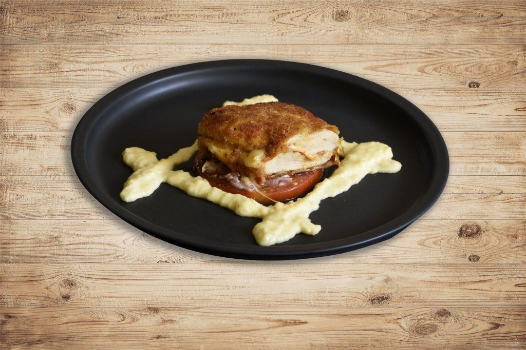 So sieht es aus: das Cordon bleu vom Perlhuhn mit geschmolzenen Tomaten und flüssiger Polenta.