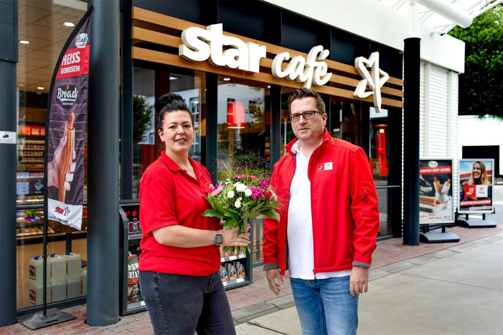 Die neue Star-Tankstellenpartnerin Laura-Ann Gerlach (l.) wurde von Dirk Uhlenbruch, Sales-Manager des Mutterkonzerns Orlen Deutschland, mit einem Blumenstrauß begrüßt.