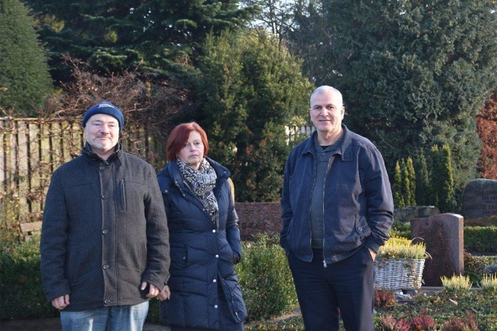 Pfarrer Klaus Noack (l.), Gemeindesekretärin Ursula Hops und Achour Givargis von der Assyrischen Kirchengemeinde Borken waren Ende 2019 zuversichtlich, eine gemeinsame Lösung für den Friedhof zu finden.