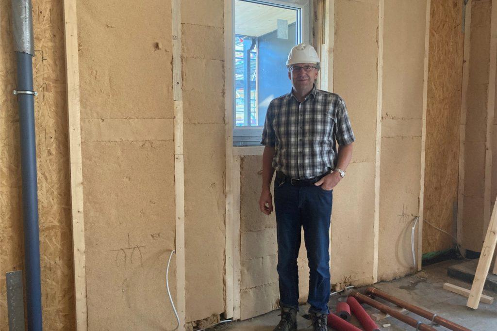 Andreas Drohmann, Geschäftsführer des Projekts, erklärt, wie die Heizung im Haus funktioniert.