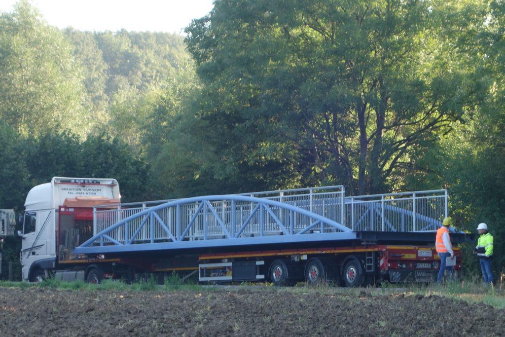 Ein Tieflader hat die Brücke am frühen Morgen aus Emden angeliefert und steht nun zum Abladen in Position.