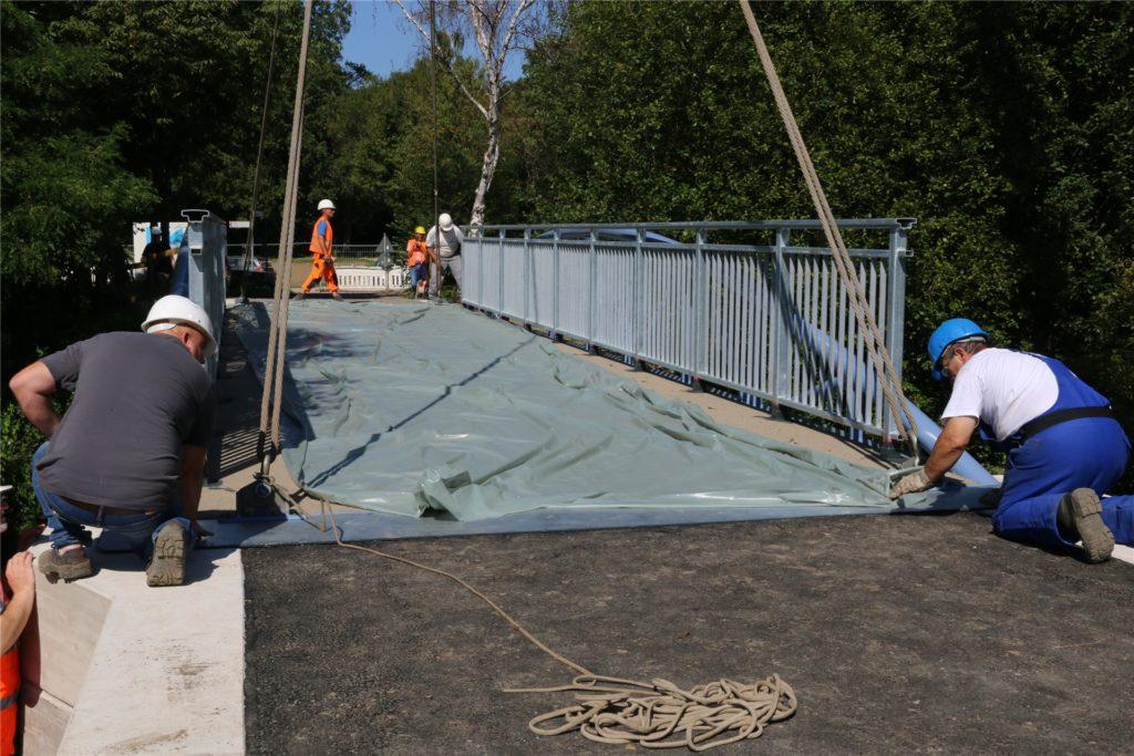 Die stundenlange Arbeit hat sich gelohnt: Passgenau liegt die Brücke auf ihrem Fundament.