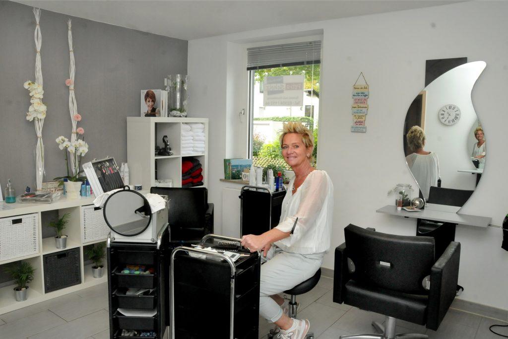 Helle, moderne Räume hat sich Friseurmeisterin Petra Scholz in dem Haus an der Heidestraße 48 eingerichtet, nachdem sie nach 33 Jahren ihren Salon an der Kuhstraße aufgegeben hatte, um beruflich kürzer zu treten.