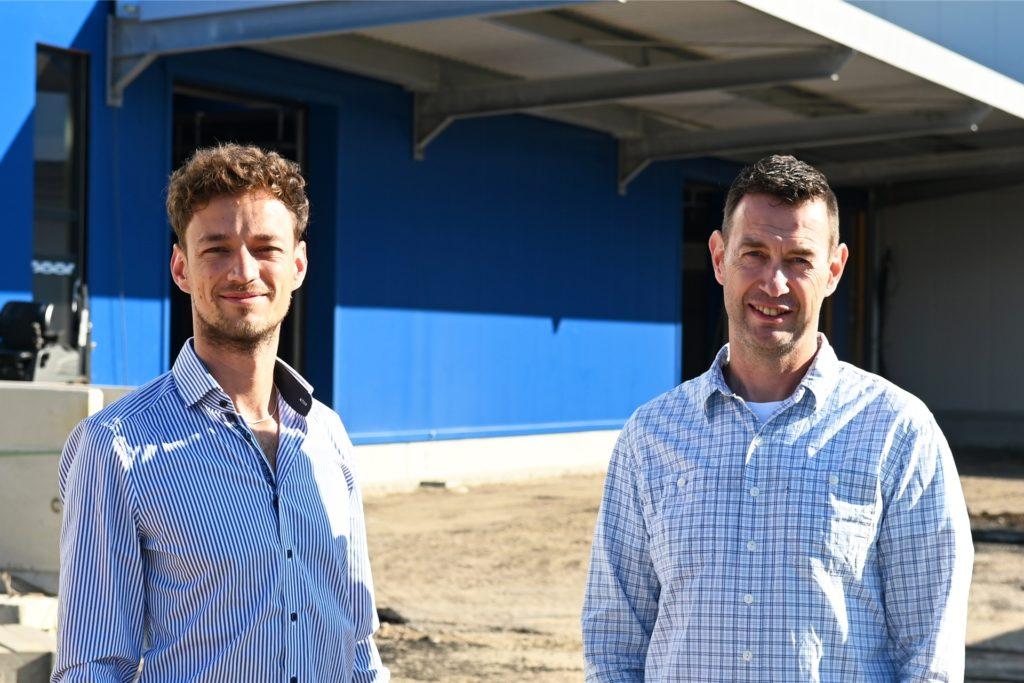 Paul Tüshaus (l.) und Betriebsleiter Oliver Hoffmann freuen sich über die Expansion des Dorstener Familienunternehmens in Marl. Geschäftsführer Rüdiger Tüshaus war beim Fototermin auf Geschäftsreise im Ausland.