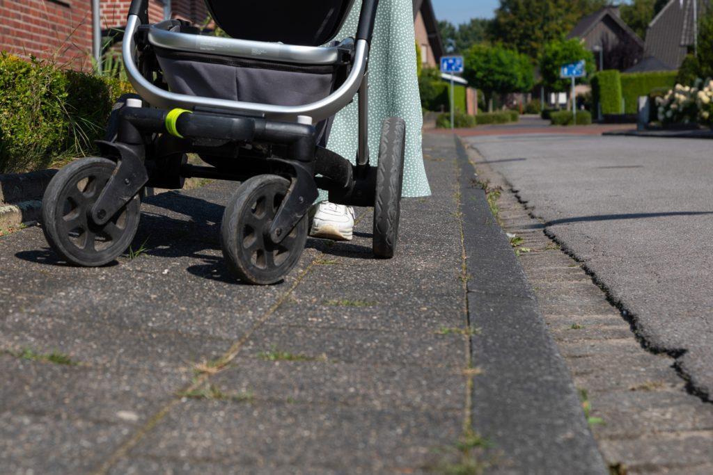 Richtig schlechte Zustände sind bei den Gehwegen seltener, Stichwort Verkehrssicherung. In der Elpidiusstraße ist der abfallende Gehsteig aber offensichtlich.