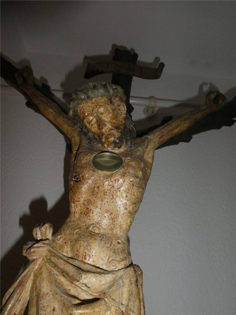 Das Pestkreuz aus dem 14. Jahrhundert, das Christus am Kreuz mit zahlreichen Pestbeulen zeigt, ist heute noch im Kapuzinerkloster zu sehen.