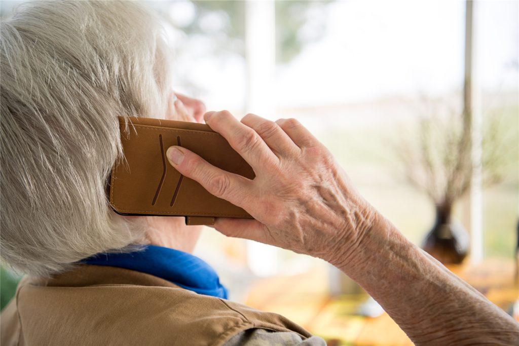 Auch mit Anrufen angeblicher Verwandter (Enkeltrick) oder mit Schockanrufen werden Senioren genötigt, Geld und Wertsachen auszuhändigen.
