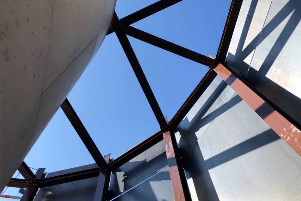 Lichtblick: eine Innenansicht des Treppenturms gen Himmel. Noch sind die Cortenstahlplatten silbergrau. Im Laufe der Zeit werden sie korrodieren und einen warmen rostbraunen Farbton erhalten.