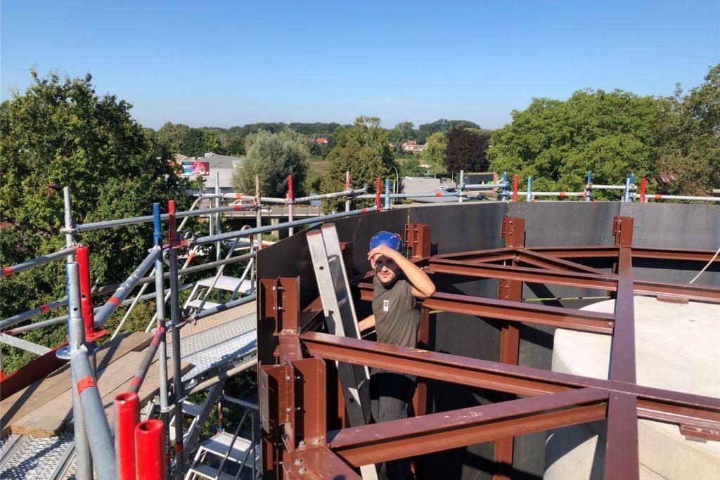 Arbeiten an der Turmspitze: Der Treppenturm ist etwa zwölf Meter hoch und hat einen Außendurchmesser von sechs Metern. Im Betonschacht im Innern des Turms wird eine Fahrstuhl installiert, darum herum verläuft eine stählerne Wendeltreppe, die alle Stockwerke der historischen Berkelmühle erschließt.