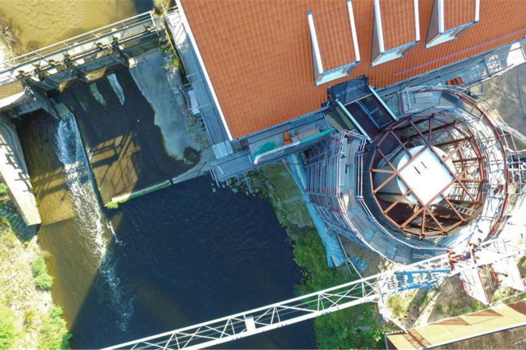 Draufsicht aus der Vogelperspektive: Links das Berkelwehr, rechts die Mühle mit dem 16-eckigen Treppenturm.