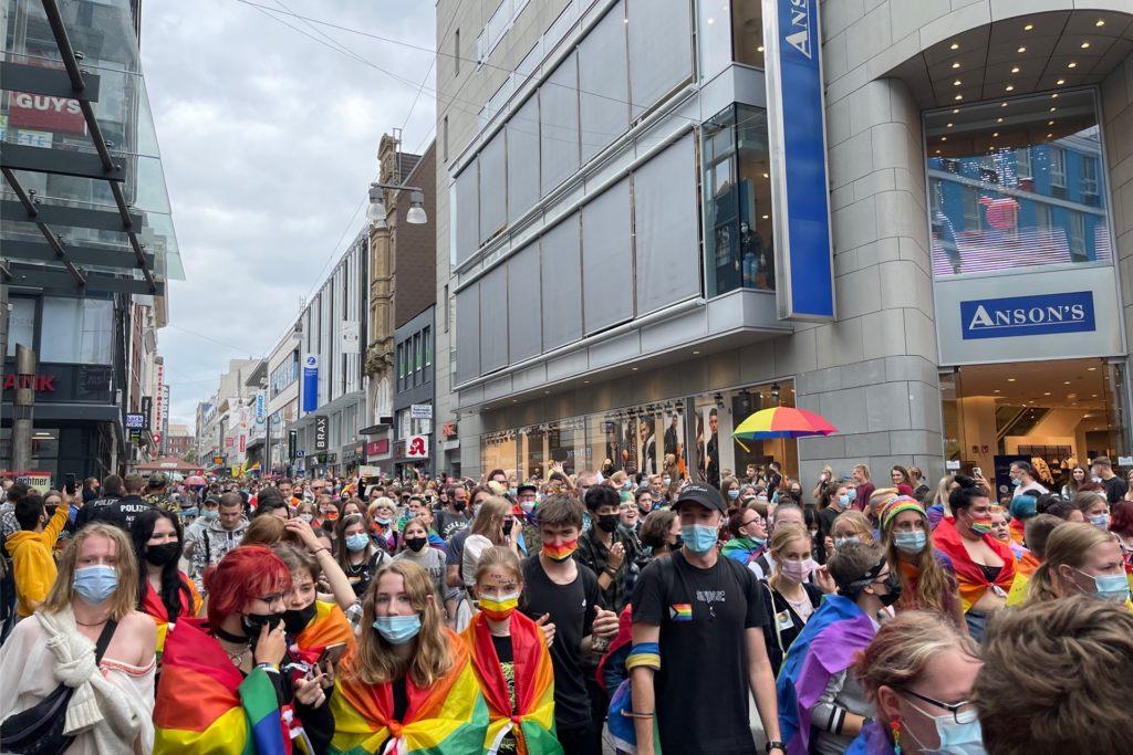 Die Demonstration zieht durch die Dortmunder City.