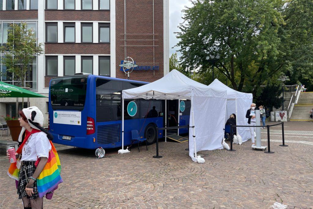 Auch der Impfbus steht auf dem Dortmunder Friedensplatz.