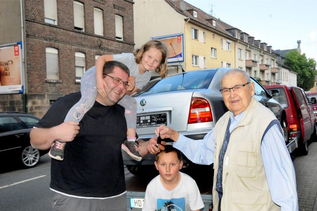 Schlüsselübergabe an der Hagener Straße: Timo Großgart (v.l.) und seine Tochter Kate (5) freuen sich über Skoda Oktavia, den Karl-Heinz Vogel (r.) ihnen überlässt.