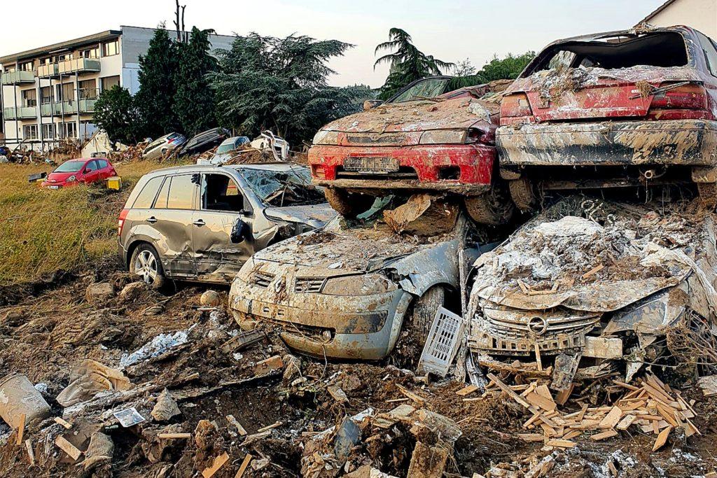 Katastrophengebiet Ahrtal: Von den Flutmassen angespülte Autos wurden für den Abtransport einfach aufgestapelt.