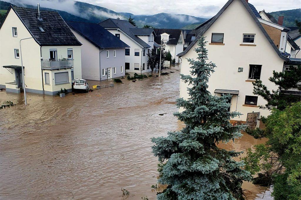 So erlebte Timo Großgart die Straßen seines Wohnorts im Ahrtal am Morgen nach der Flutwelle um 8 Uhr. Das Gebiet liegt 200 Meter Luftlinie vom Flussufer entfernt.