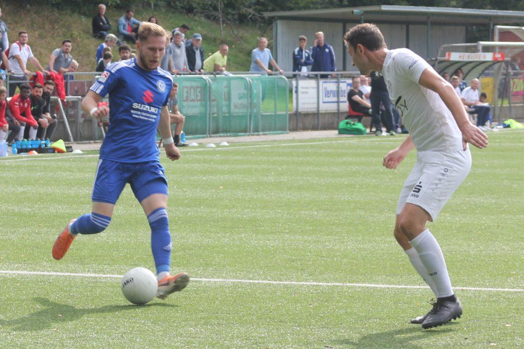 Leon Gensicke (links) steuerte zwei Treffer zum 3:2-Erfolg des Holzwickeder SC in Schermbeck bei.
