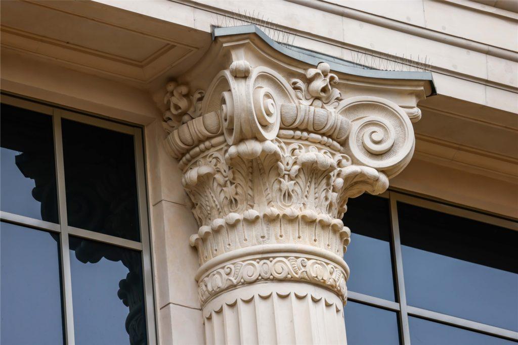 Diese fein verzierten Ornamente an der klassizistischen Fassade der Thier-Galerie gehören seit über 100 Jahren zum Stadtbild am Westenhellweg in Dortmund- beim Bau des Einkaufszentrums wurden sie rekonstruiert.