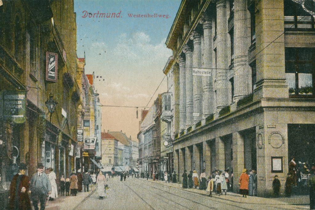 Diese historische Ansicht auf einer Postkarte zeigt rechts das 1912 in Dortmund eröffnete Kaufhaus Clemens mit seiner klassizistischen Fassade.