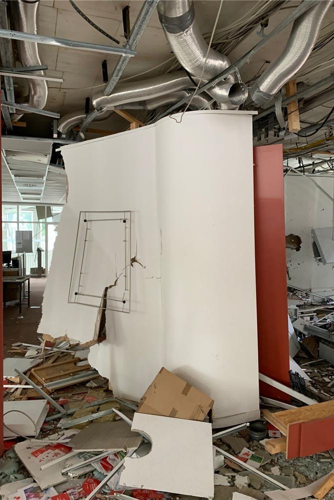 Die Bilder aus dem Inneren der Filiale zeigen, welche Kraft die Sprengungen gehabt haben müssen.