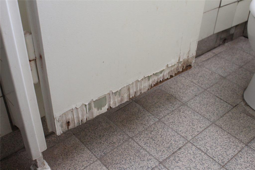 An den WC-Türen kann man noch Schäden der Überflutung erkennen. Der Rest der Anlage ist wie neu.