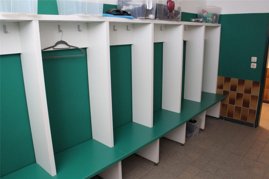 In der neugestalteten Kabine des BSV Schüren hat jeder Spieler seine eigene kleine Umkleide.