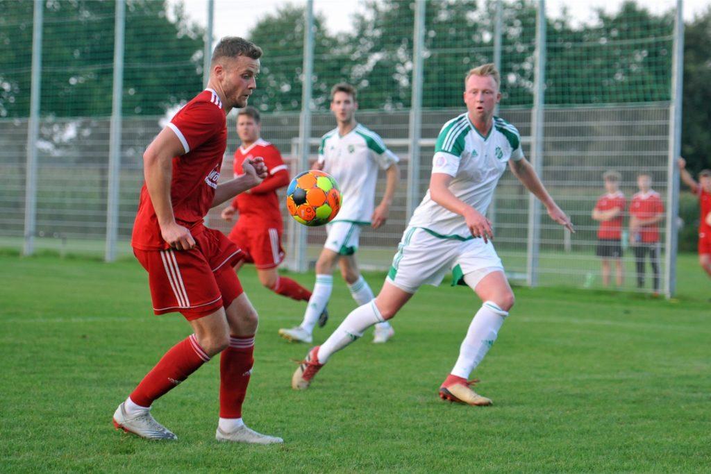 Für Trainer Dirk Bültbrun ein ganz wichtiger Spieler: Luca Ostendorf (r.).