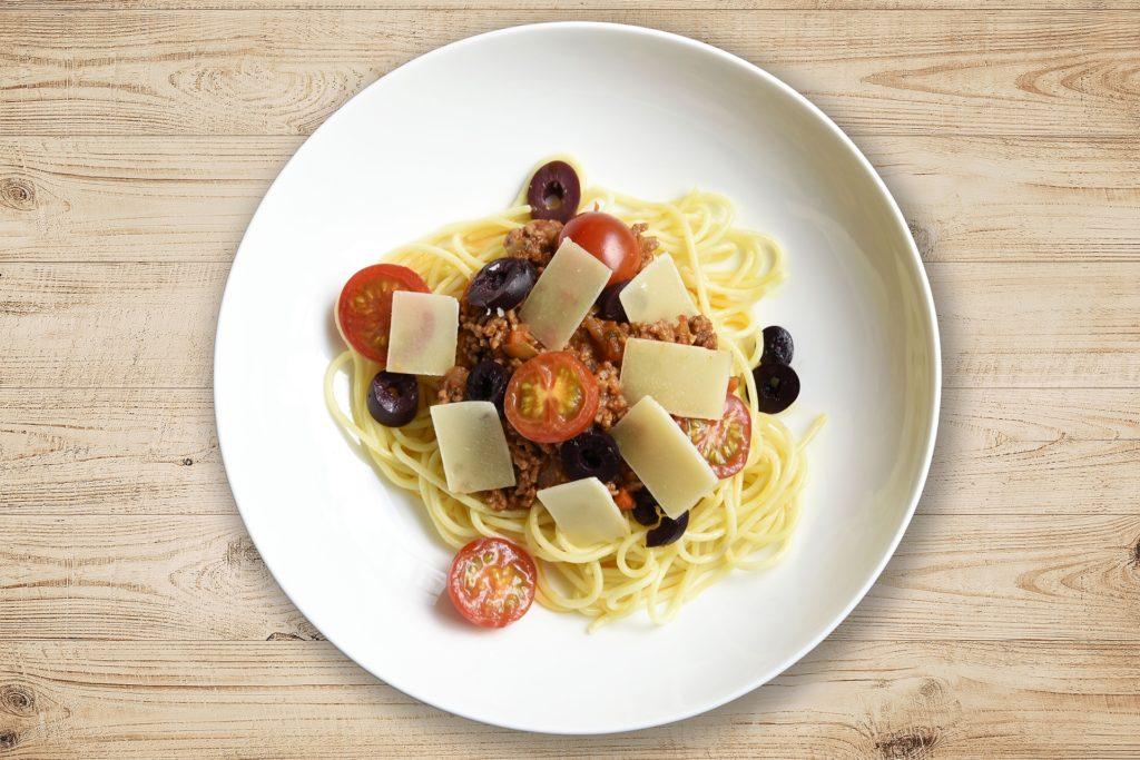 Zu Spaghetti Bolognese passt am besten frischer Parmesan.