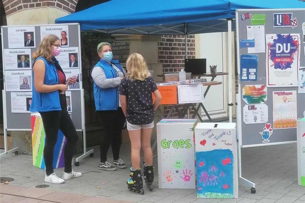 Mit einem Infostand hat das Jugendwerk Ahaus in der Innenstadt auf die U18-Wahl aufmerksam gemacht und auch über die Bundestagskandidaten informiert. Positiver Nebeneffekt: Auch viele Erwachsene haben sich für die Informationen interessiert.
