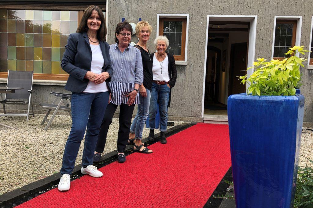 So stilvoll begrüßen die KuK-Mitglieder - hier (v.l.) Gabriele Haas, Marion de Vries, Claudia Wanzki und Usha Hagemeier-Schacht künftig ihre Gäste.