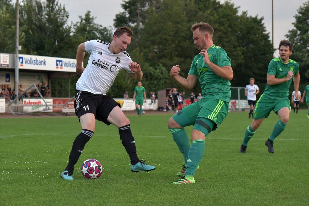 Henrik Lefering (r.) liefferte im Derby gegen Ottenstein eine starke Partie in er Wessumer Abwehr.