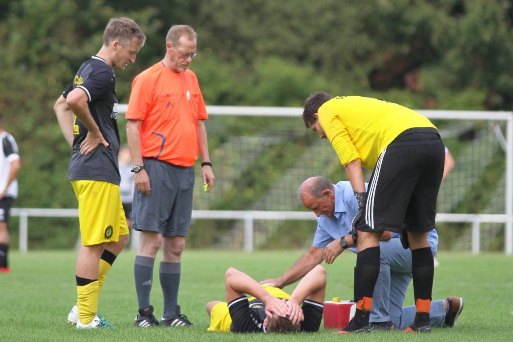 Stefan Wittkamp (am Boden) hat keine schlimmeren Verletzungen aus dem Derby mitgebracht.