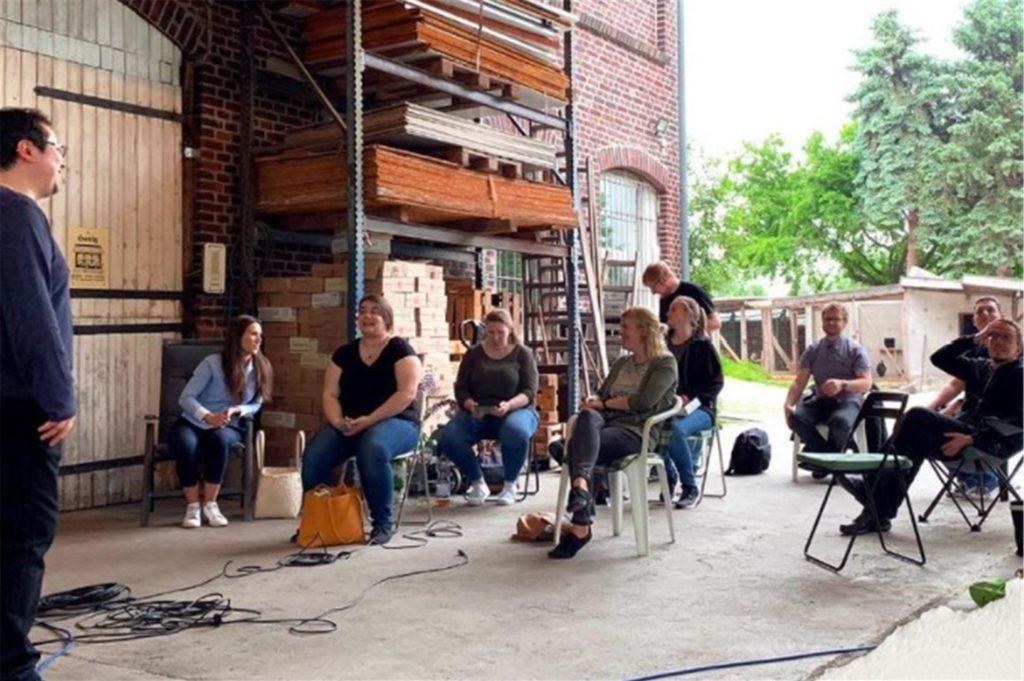 """Die """"Sounding-People"""" bei einer ihrer Chorproben auf dem Hof-Schmidt."""