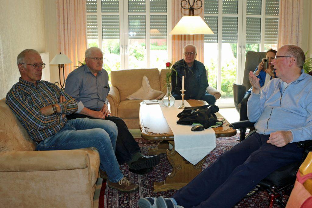 Gebannt verfolgten Gemeindearchivar Ulrich Söbbing sowie Wilhelm und Heinrich Paß (v.l.) den Vortrag von Ed Mijnen (r.).